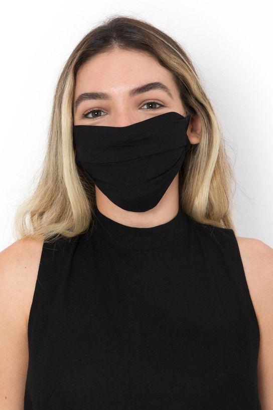 mulher usando mascara de viscose preta