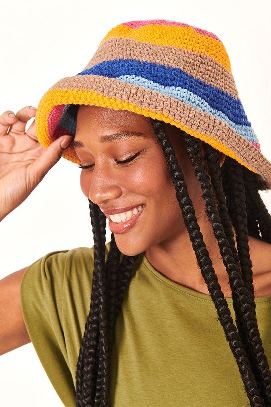 mulher usando chapéu de croche